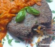 Placek a'la stek z czarnej soczewicy z sosem Murgh Makhani