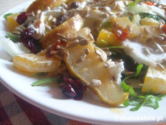 Sałatka z gruszką w imbirze, z kozim serem, chili oraz pomarańczą