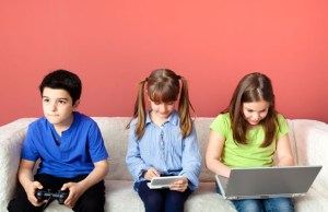 children_on_a_couch_stock_image copia
