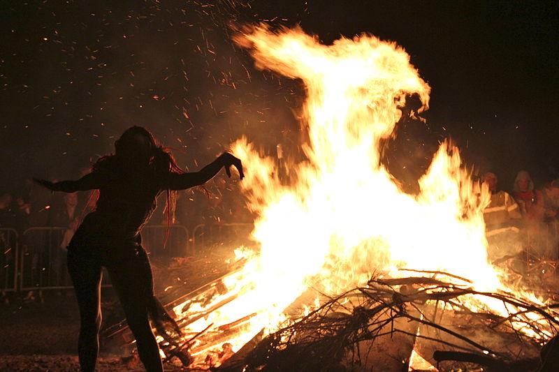 800px-Edinburgh_Beltane_Fire_Festival_2012_-_Bonfire