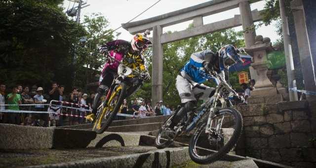 石段を自転車で駆け下りる!?Red Bull Holy Rideがスゴい。