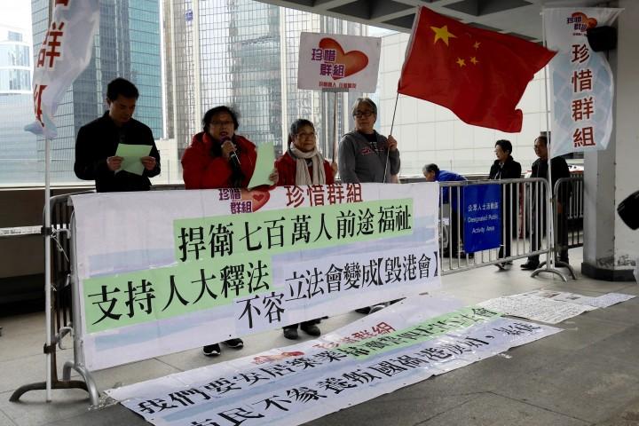 有反對團體批評4名議員「瀆誓」,要求褫奪議席。(李洛婷攝)
