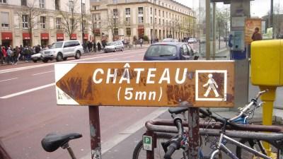 Placa no caminho entre a estação e o Palácio - 5 minutos a pé até Versailles