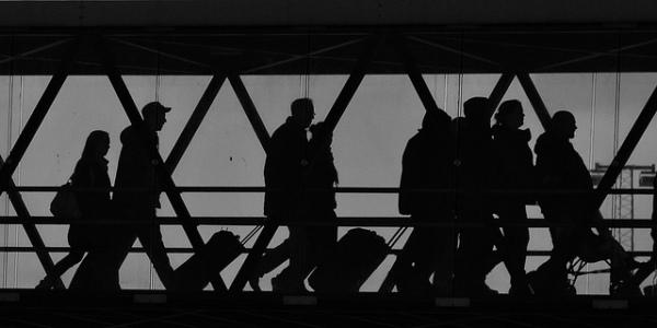 Silhueta de passageiros no aeroporto