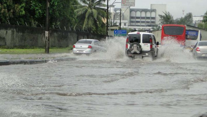 Em Salvador, as fortes chuvas causaram transtornos e congestionamentos - Foto - Revista Bahia