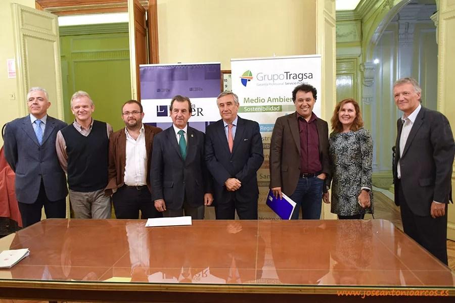 Foto de familia de los ponentes participantes en la jornada sobre los efectos del cambio climático sobre la agricultura, organizada por la Fundación Lafer y el Instituto de Ingenieros de España en Madrid.