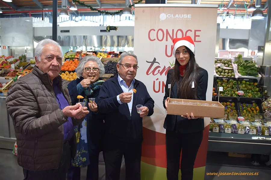 Degustación de tomates de HM Clause y Agrupalmería en el Mercado Central de Almería.