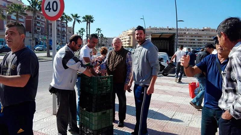 Reparto de hortalizas de Agricultura Viva en Acción en Roquetas de Mar (Almería).