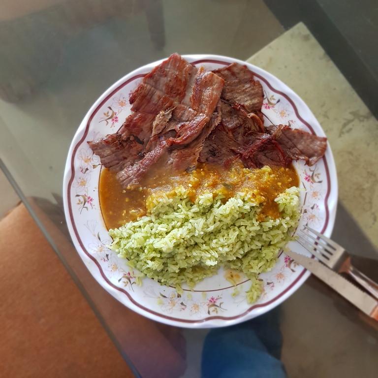 Cecina de Yecapixtla con arroz verde y salsa