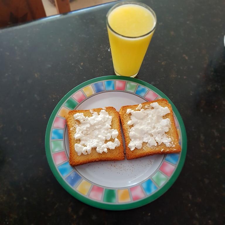 Pan tostado con queso cottage y jugo de naranja