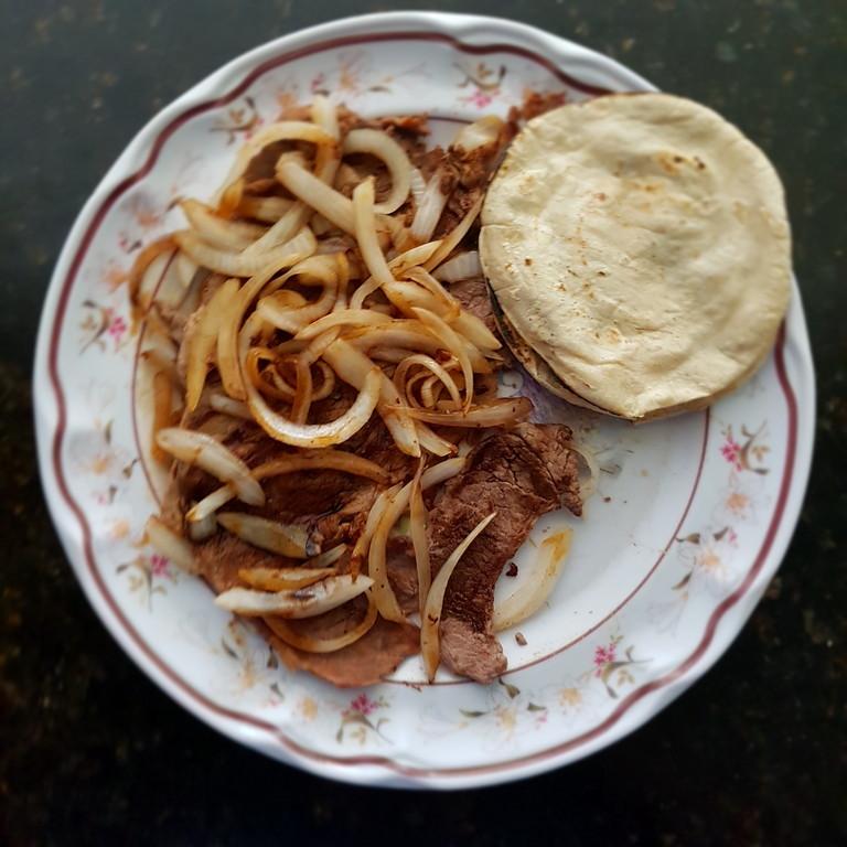 Bistec asado con cebolla