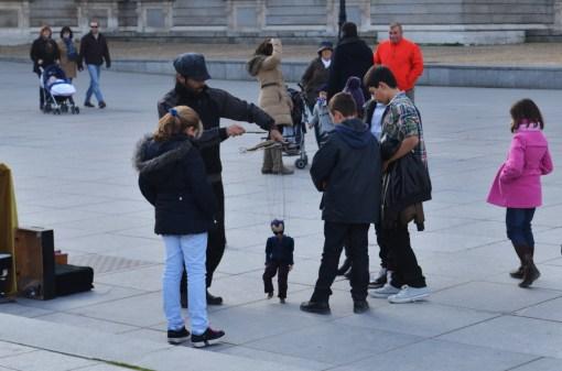 Уличный актер развлекает детишек