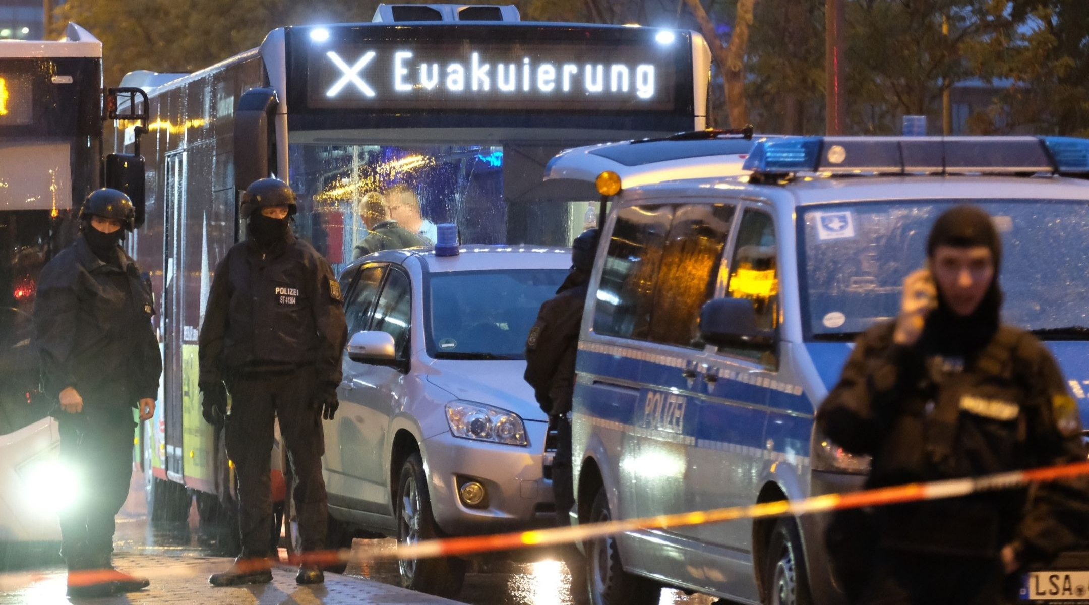 Badspiegel Jolled Gunman Kills 2 In Attack Near German Synagogue And At Kebab