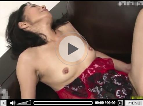 【熟女無修正動画】普段ご無沙汰な50代の妖艶熟女が濃厚セックスで膣イキ繰り返す!