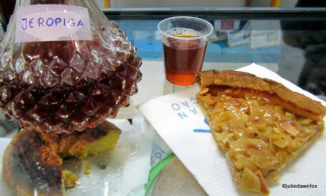 Decanter of jeropiga and a slice of chestnut tart.
