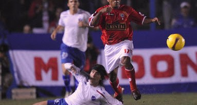 Jose Corcuera (L) of Peru's Cienciano vies for the ball with Mathias Cardaccio of Uruguay?s Nacional during their Copa Libertadores football match in Montevideo on Abril 23, 2008.    AFP PHOTO/ Miguel ROJO (Photo credit should read MIGUEL ROJO/AFP/Getty Images)