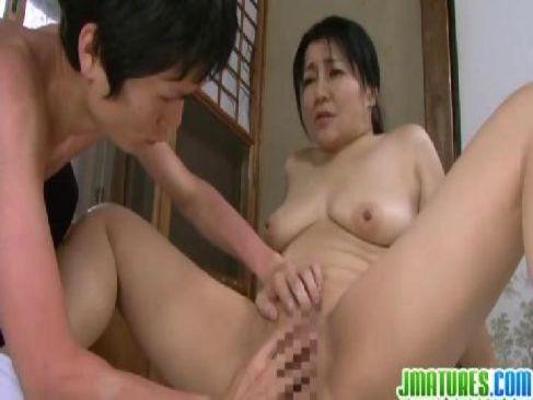 農家を切り盛りして息子を育てる還暦間近の豊満熟女母が遂に禁断の近親相姦してしまうjyukujo無料tokyo