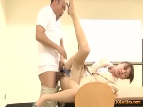 長身美熟女教師が用務員のおじさんと放課後の教室で一心不乱にセックスしてる熟年女動画