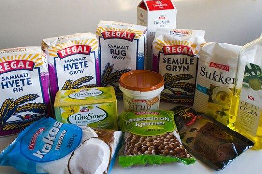 Ingrediensene som må til for å lage et skikkelig Loganbrød. Merk at jeg har byttet ut rosiner med sjokoladebiter av preferansegrunner.