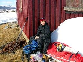 Marianne i hytteveggen på vei langs Grimsdalen