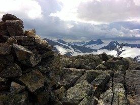 Ved varden på toppen med utsikt mot Sverige