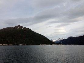 Linken til venstre, og fjellene innenfor Beisfjord til høyre. Vomtinden til venstre av disse og Storfjellet til høyre.