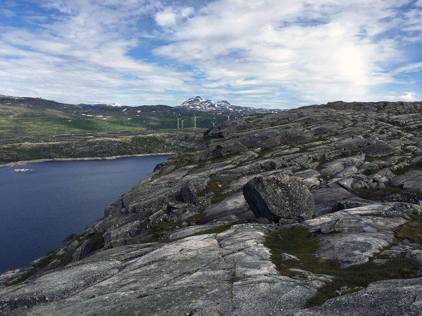 Nedre Jernvatnet og vindmøllene på Skitdalshøgda.