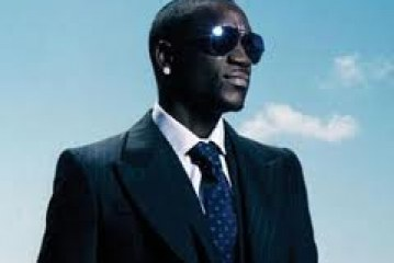 Akon, citoyen d'honneur de Kassa hôte son manteau d'artiste et s'adresse à ses frères africains
