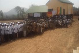 Dabola : le gouverneur de Faranah visite les écoles en construction par Plan Guinée dans les CR de N'Dèma, Konèndou et Banko