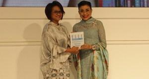 Presiden Direktur XL - Dian Siswarini, saat menerima penghargaan 'Career Woman of The Year' dari Majalah ELLE belum lama ini di Jakarta.