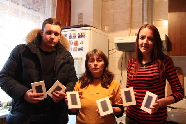 Студенти передають павербанки волонтерці