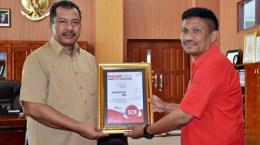 Walikota Bima menerima Piagam Smart City Nusantara dari Kepala Telkom Bima. Foto: Hum