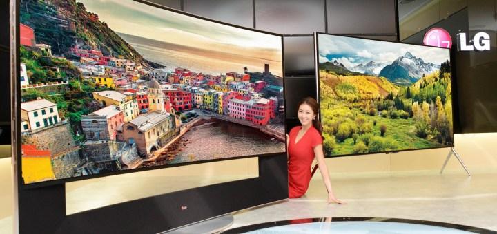 Vasakul nõgusa ekraaniga 105UC9 4K ning paremal lameekraniga 98UB9800 4K telerid