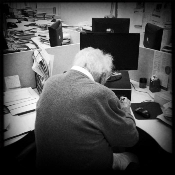 Scherer firma uno de sus libros el 22 de febrero de 2012. Foto: Alejandro Saldívar.