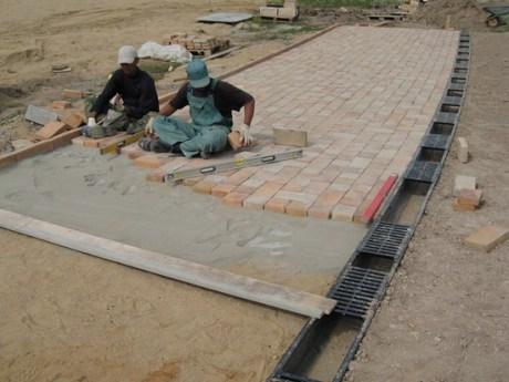 Как правильно уложить плитку тротуарную?