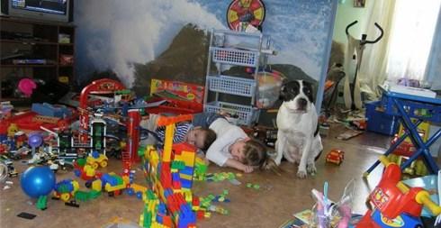Ребенок разлаживает игрушки