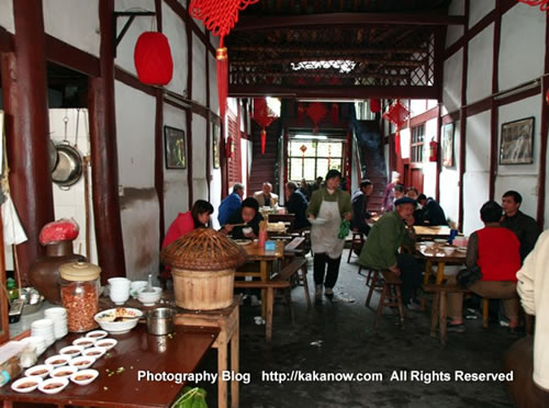 China travel, Chongqing, a small old street restaurant. Photo by KaKa.
