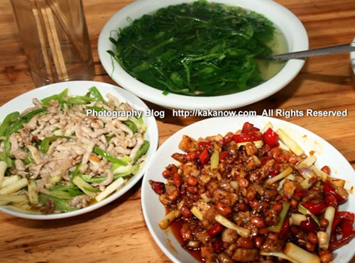 "China travel, Chongqing gourmet, ""Kung Pao Chicken"", ""Stir-fried pork with green pepper"" and ""Vegetable Soup"". Photo by KaKa."