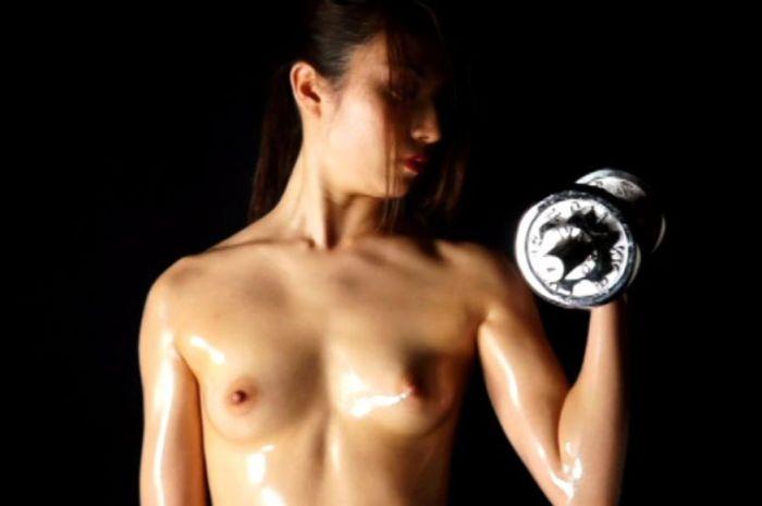 胸の露出は全く気にせず「私の肉体は美しい」ナルシズムも納得!