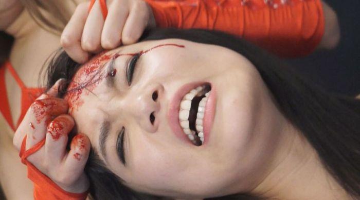 額を傷つけられ頭を傷つけられ、大流血!リョナプロレスだ~!