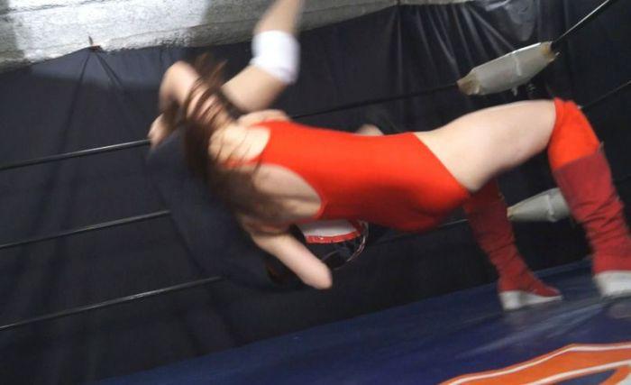 ブレーンバスター!赤いリンコスがダーク基調のリングに映える!