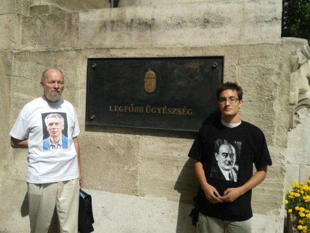 Donáth Ferenc és Veres Dávid: Tüntetés a legfőbb ügyészség előtt a koncepciós perek ellen.