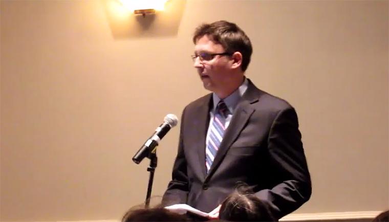 Oláh Lajos fideszes diplomata botrányt okozott Montreálban, amikor az ottawai nagykövetség utasítására megzavart egy Concordia Egyetemen megrendezett panelbeszélgetést. Fotó: screen capture a KMH videójából.