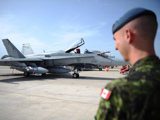 Egy kanadai katona és egy CF-18-as vadászgép. Fotó: Canadian Press.