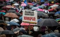Résztvevők a pedagógusok tüntetésén a budapesti Kossuth téren 2016. február 13-án. A Pedagógusok Szakszervezetének demonstrációjához 48 szervezet csatlakozott. MTI Fotó: Marjai János.