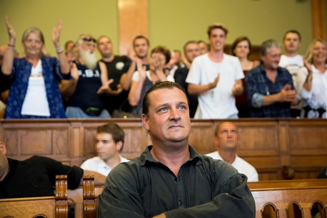 Megtapsolták a jobboldali szimpatizánsok a rasszista-terrorista Budaházy Györgyöt. Természetesen a jobbikos EP képviselő - Morvai Ktisztina - is ott volt és elkezdett üvöltözni amikor meghallotta, hogy az ügyészség kevesli a 13 évig tartó fegyház-büntetést.