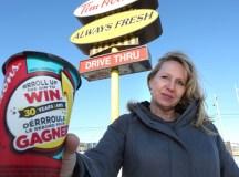 Margaret Coward egy Tim Hortons kávéval. Fotó: CTV