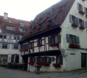crooked hotel schiefes haus