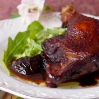 Kaczka duszona w czerwonym winie z suszonymi śliwkami/ Duck legs braised in red wine with prunes