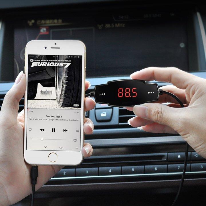 Cargador con transmisor FM
